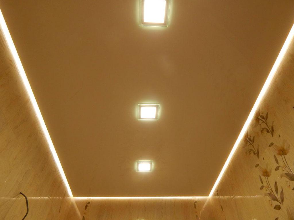 Натяжні стелі з підсвіткою у ванну кімнату