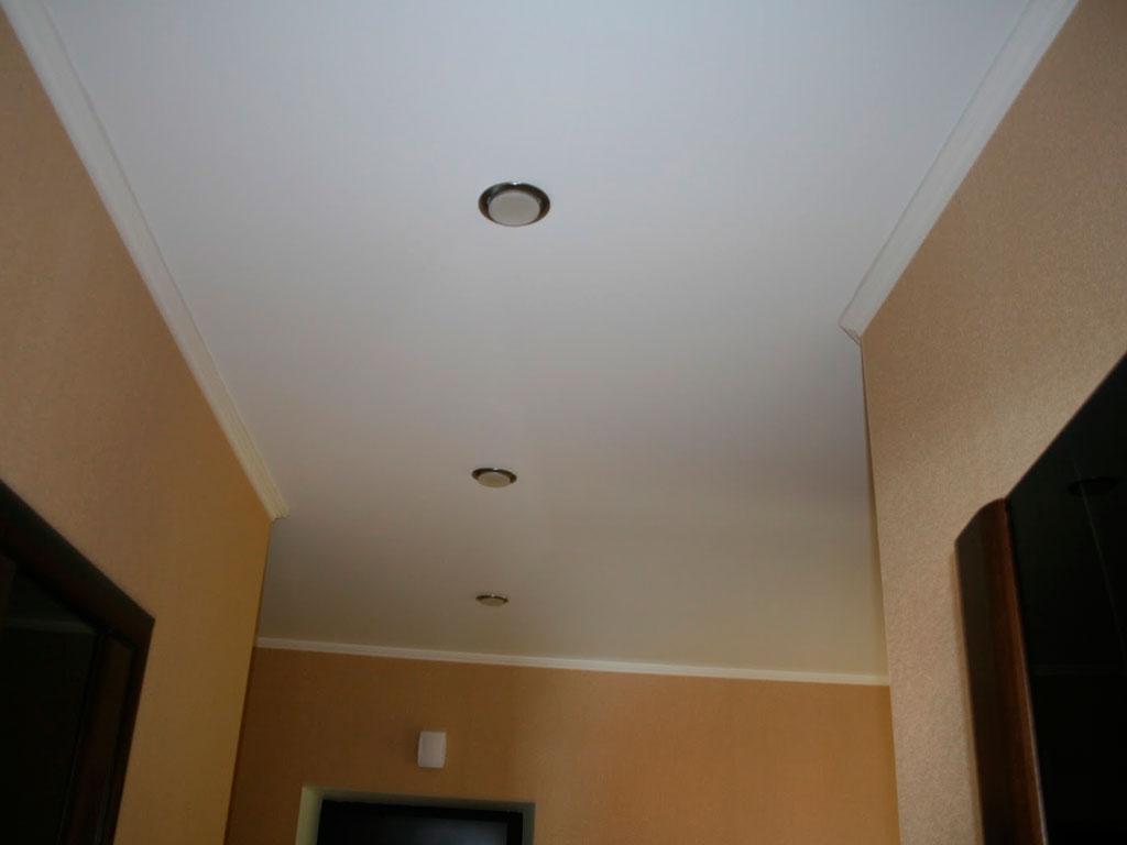 Тканевый натяжной потолок в коридоре, компания производитель Потолок Мастер.