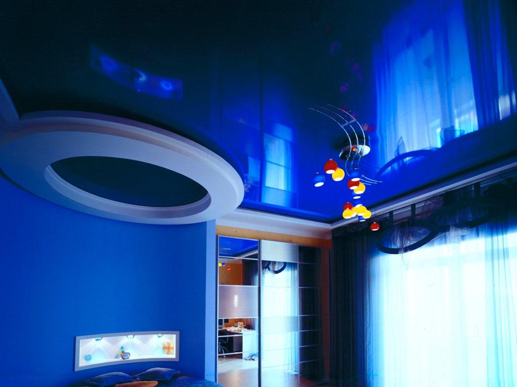 Кольорові натяжні стелі синього кольору
