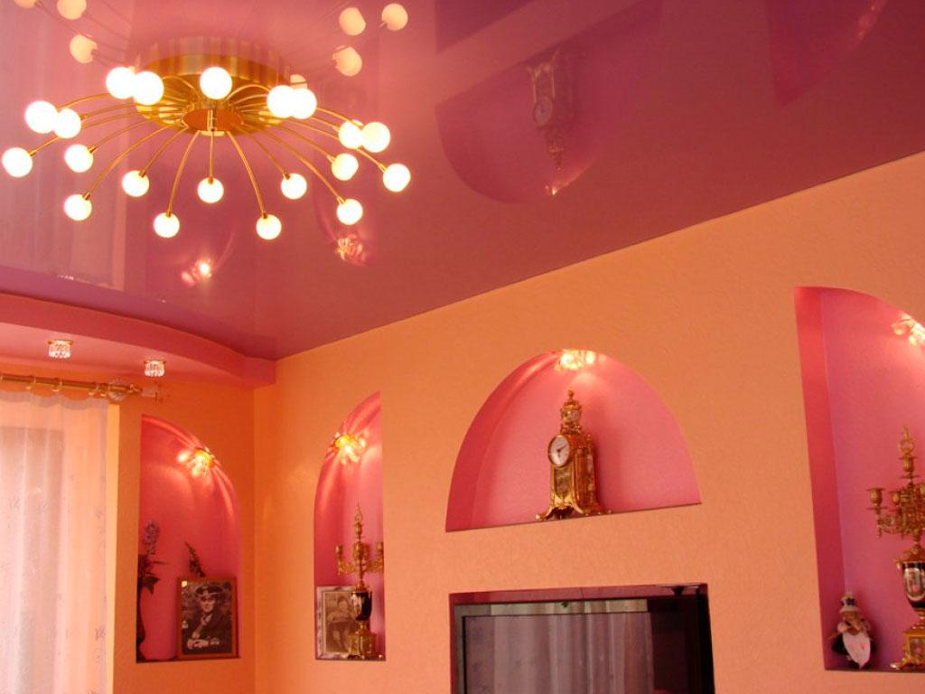 Современный натяжной потолок в гостиной, глянцевый потолок недорого.