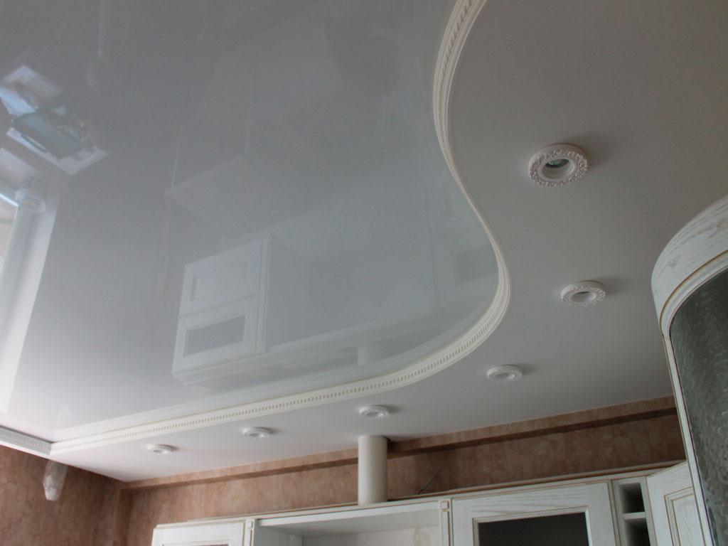 Біла двухрівнева натяжна стеля