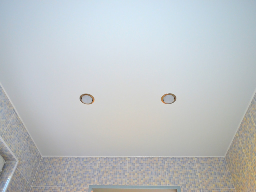Біла натяжна стеля в ванну кімнату