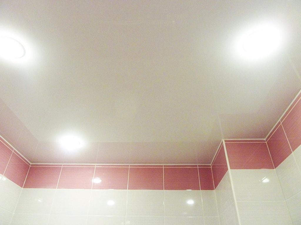 Біла натяжна стеля у ванні та туалеті