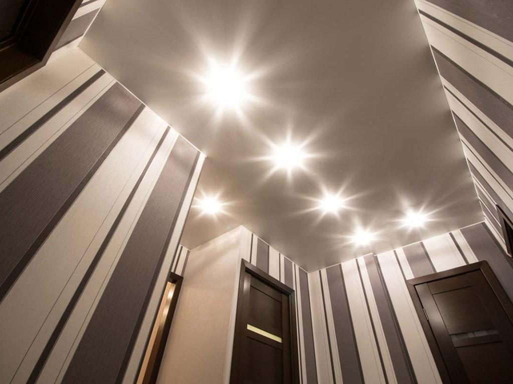 Біла натяжна стеля зі світильниками