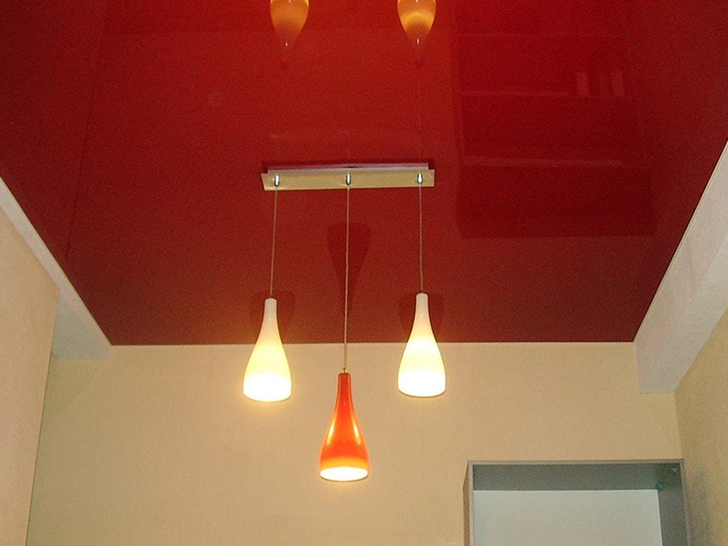 Кольорові натяжні стелі червоні
