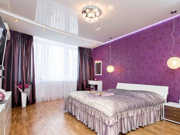 Натяжна стеля в спальні