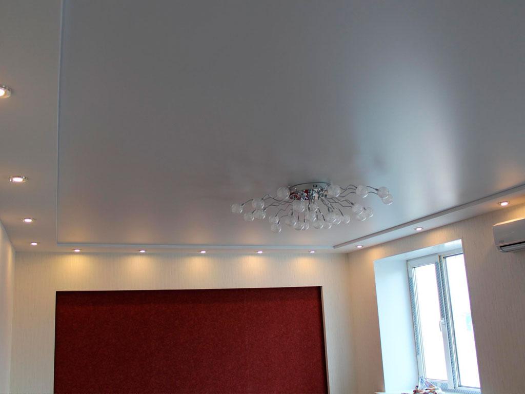 Установка сатинового натяжного потолка с точечными светильниками.