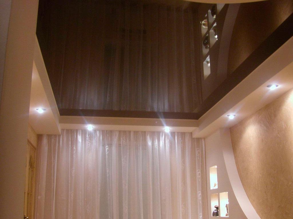 Глянцевый коричневый натяжной потолок от производителя.