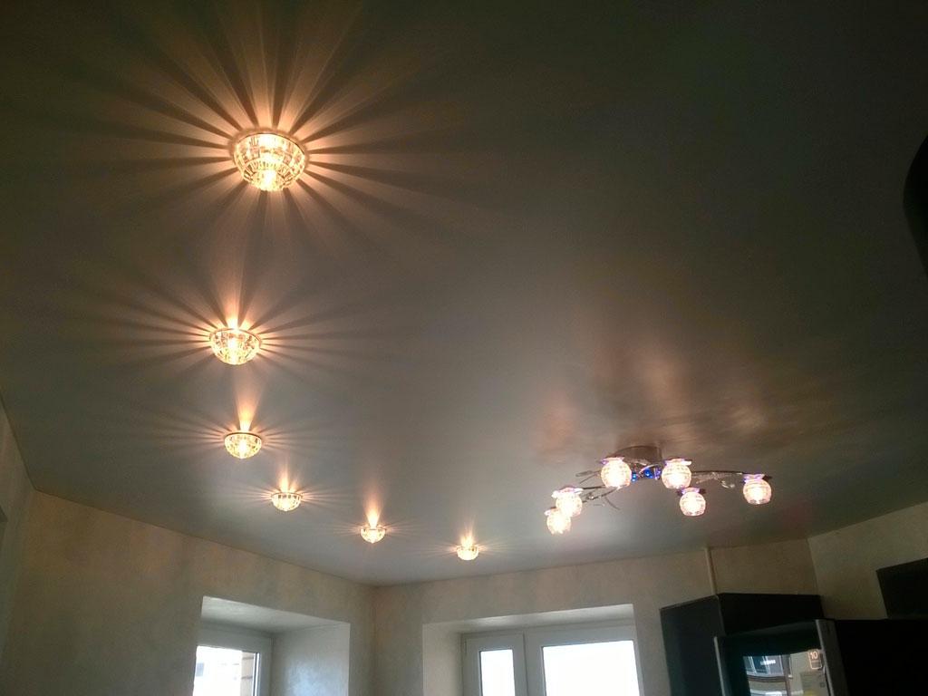 Сатиновые натяжные потолки, точечное освещение натяжных потолков